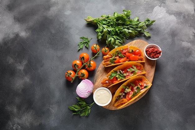 Meksykańskie tacos z grillowanym kurczakiem i warzywami