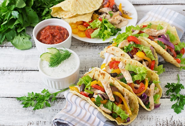 Meksykańskie tacos z kurczakiem, papryką, czarną fasolą i świeżymi warzywami