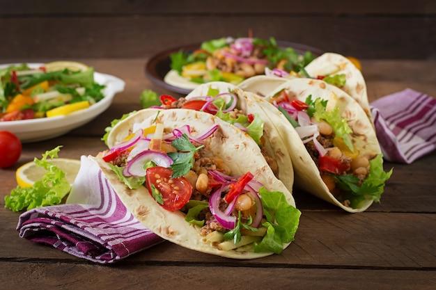 Meksykańskie tacos z mięsem, fasolą i salsą