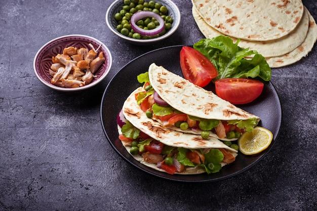 Meksykańskie tacos z mięsem i warzywami. selektywne skupienie