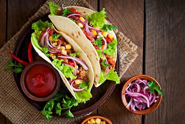 Meksykańskie tacos z mięsem, warzywami i czerwoną cebulą