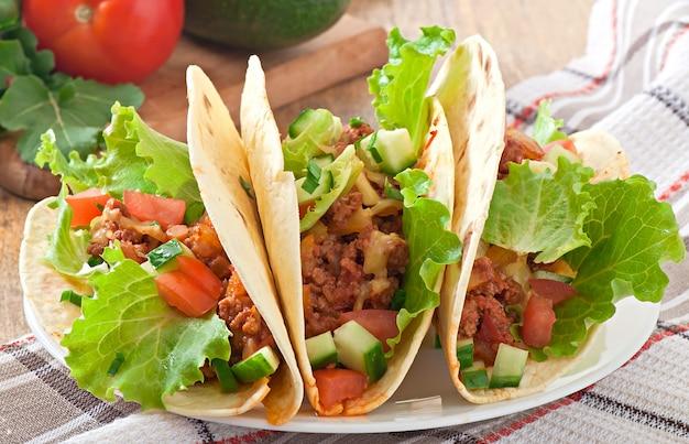 Meksykańskie tacos z mięsem, warzywami i serem