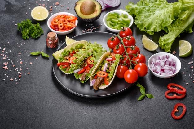 Meksykańskie tacos z wołowiną, pomidorami, awokado, cebulą i sosem salsa