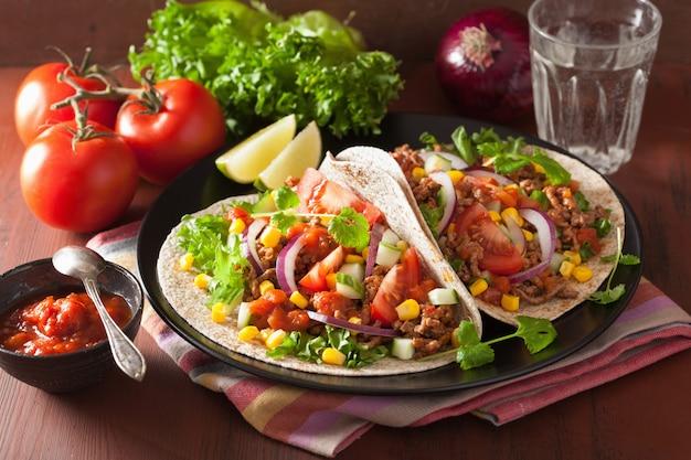Meksykańskie tacos z wołowiną, pomidorową salasową kukurydzą i kukurydzą