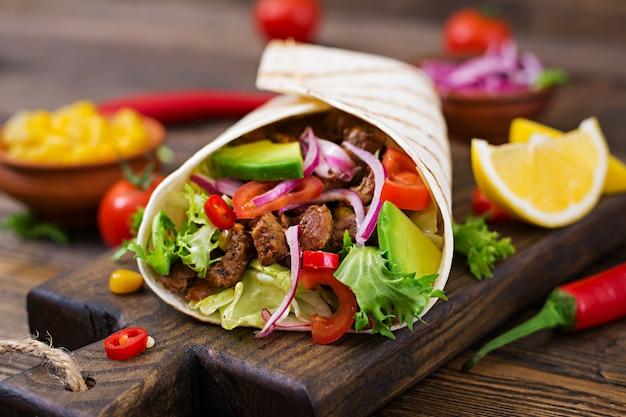Meksykańskie tacos z wołowiną w sosie pomidorowym i salsą z awokado
