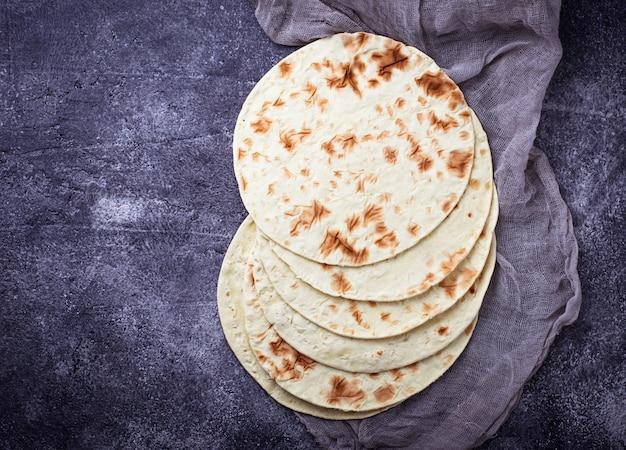 Meksykańskie tortille kukurydziane. selektywne skupienie