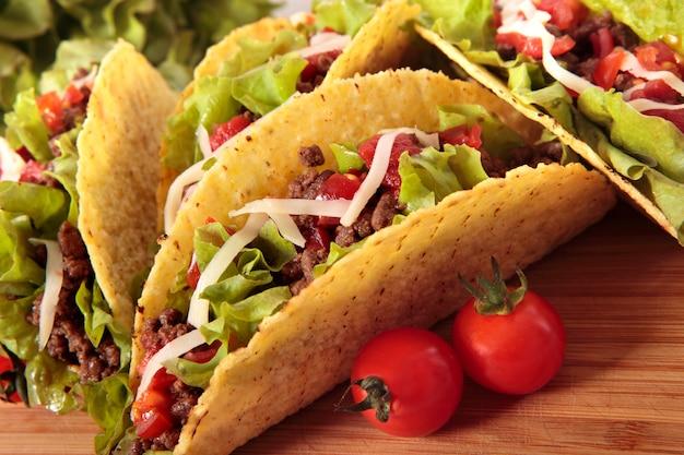Meksykańskie wołowina tacos na drewnianym stole