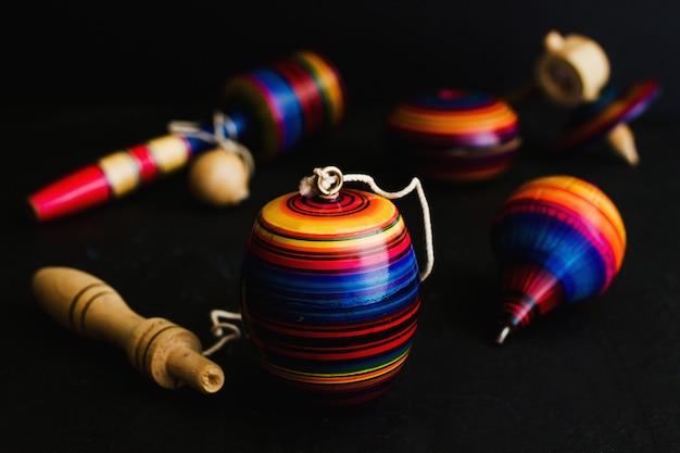 Meksykańskie zabawki drewniane, balero, yoyo i trompo w meksyku na czarnym tle