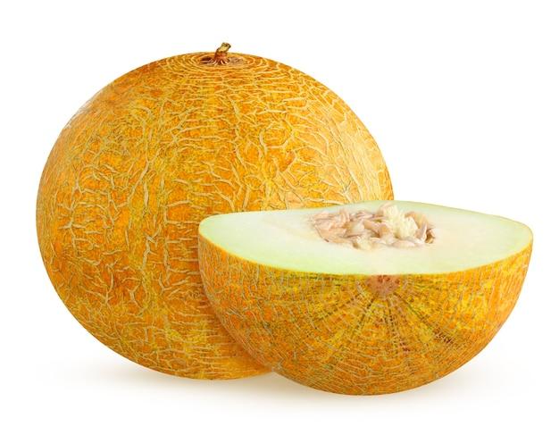 Melon na białym tle. jeden cały owoc i pół.