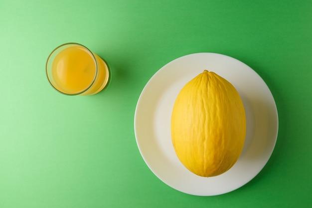 Melon na jasnozielonej powierzchni.