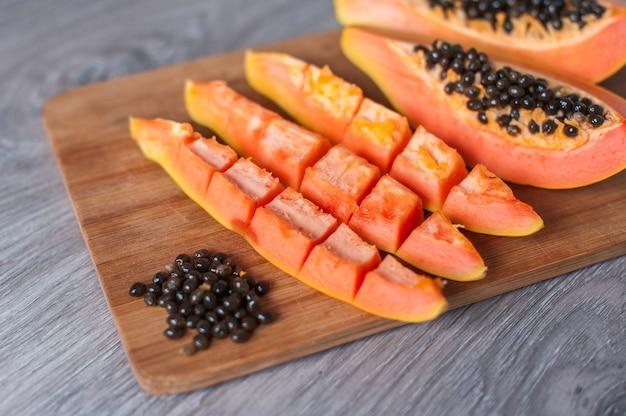 Melonowiec owoc ciie w plasterkach na drewnianym tle
