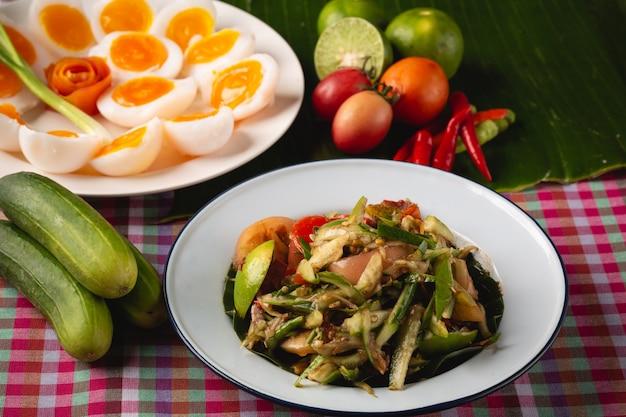 Melonowiec sałatka z gotowanym jajkiem, tajlandzki esan lokalny jedzenie, tajlandia