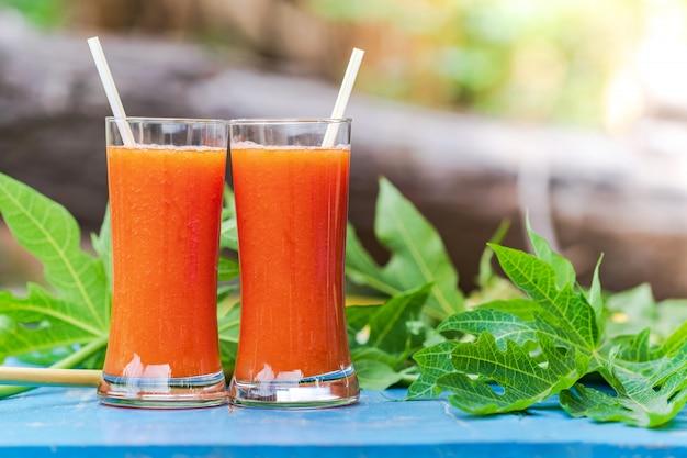 Melonowiec sok na drewnianym stole