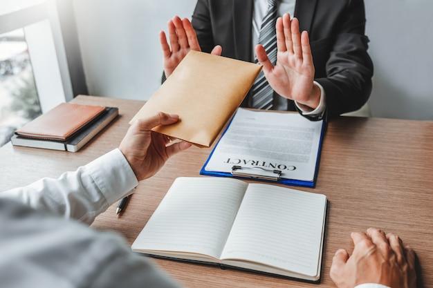 Menedżer biznesmen odmowa otrzymania pieniędzy od działalności człowieka przechodzącej rachunki za dolary do czynienia umowy