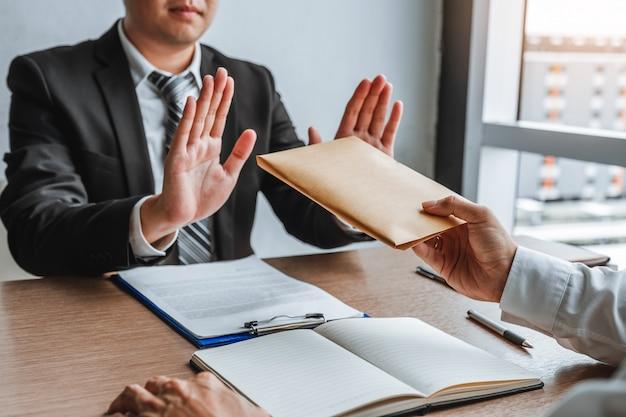 Menedżer biznesmena odmawia otrzymania pieniędzy