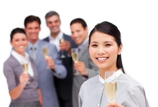 Menedżer brunetka i jej zespół świętuje sukces