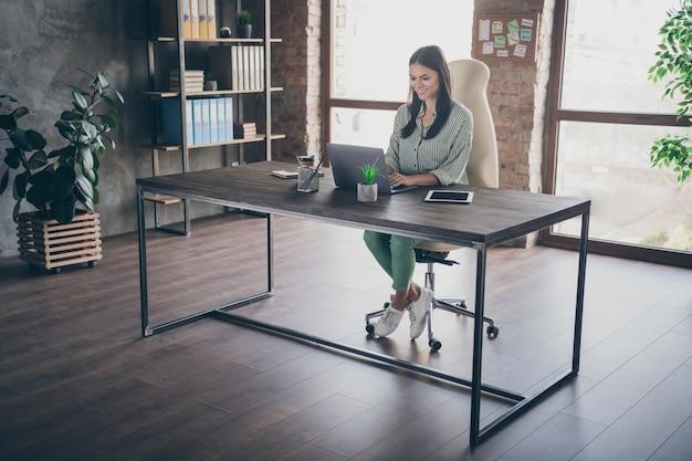 Menedżer dziewczyna siedzieć biurko w biurze loft pracy na laptopie