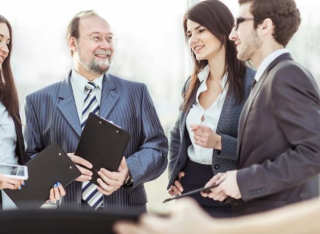Menedżer i zespół biznesowy przygotowują się do rozpoczęcia spotkania roboczego
