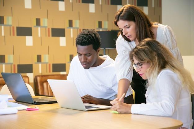 Menedżer instruujący swój kreatywny zespół