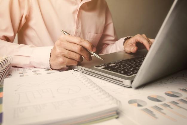 Menedżer młodych ludzi biznesu, pracuje sam w biurze.