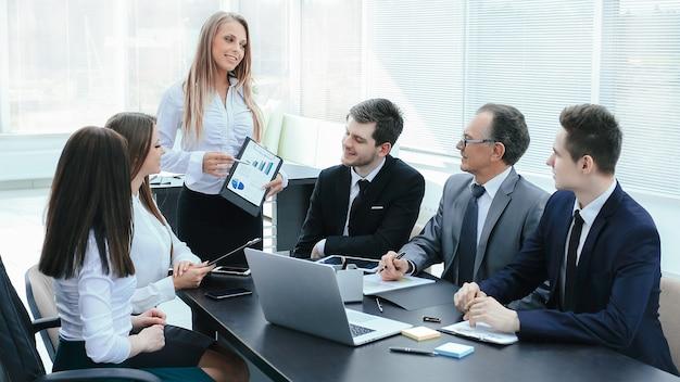Menedżer omawia z zespołem biznesowym nowy biznes plan.zdjęcie z miejscem na tekst