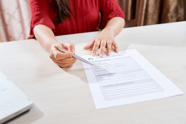 Menedżer pokazujący formularz zgłoszeniowy
