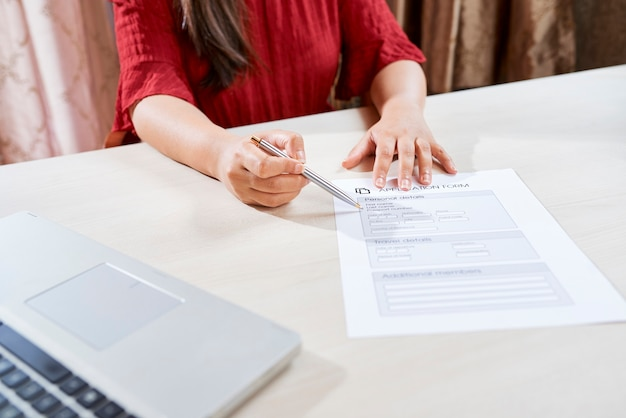 Menedżer pomagający przy wypełnianiu formularza