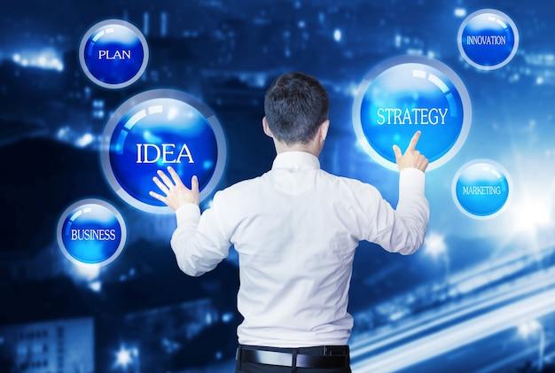 Menedżer pracuje z koncepcją schematu biznesowego