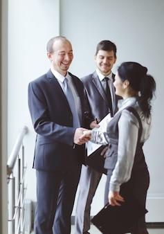 Menedżer spotyka się z klientem w biurze w holu