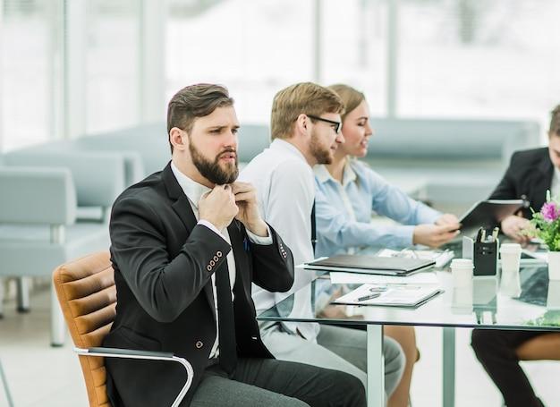 Menedżer sprzedaży i zespół biznesowy pracują nad raportami finansowymi w miejscu pracy w biurze