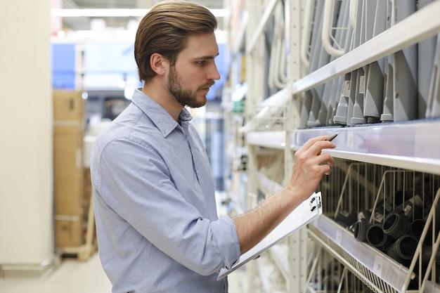 Menedżer używa swojego tabletu do sprawdzania dostępnych produktów online.