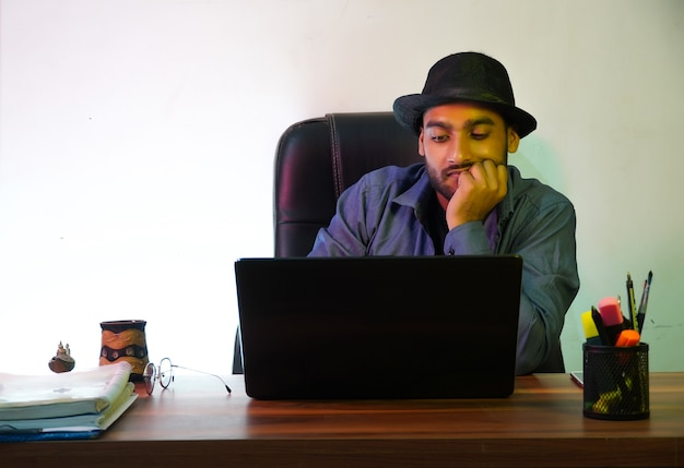 Menedżer używający laptopa image