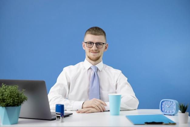 Menedżer w biurze z akcentem uśmiechu na kolor niebieski