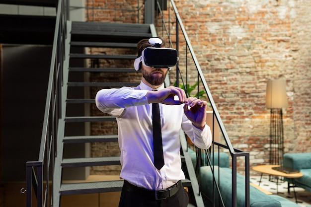 Menedżer w formalnym ubraniu w okularach wirtualnej rzeczywistości vr