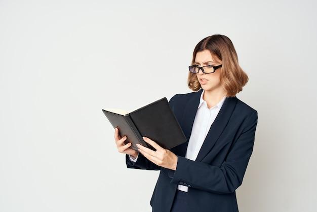 Menedżer w okularach wykonawczy jasnych emocji w tle