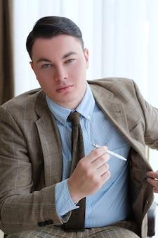 Menedżer wyjmujący z marynarki luksusowy długopis, aby podpisać kontrakt lub zawrzeć transakcję