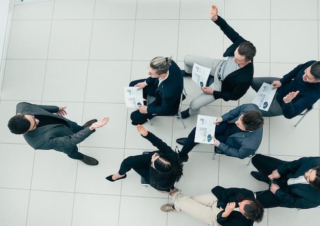 Menedżer zadaje pytania podczas spotkania biznesowego