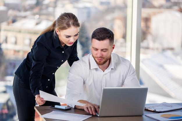 Menedżerka we własnym biurze opowiada swojemu nauczycielowi-mentorowi o udanym nowym biznesplanie dotyczącym rozwoju gospodarczego. praca w biurze