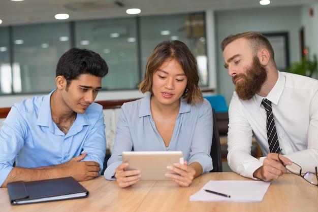 Menedżerowie analizujący wyniki sprzedaży