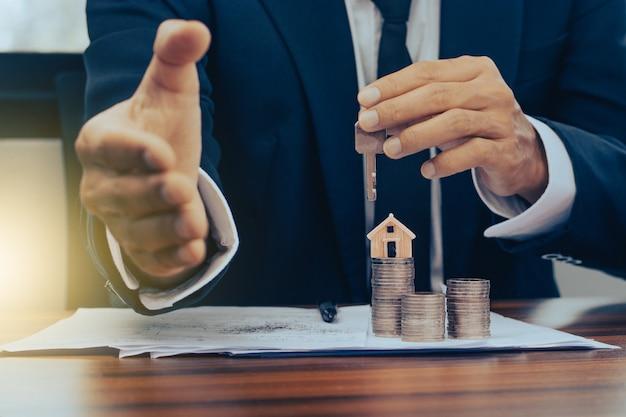 Menedżerowie banków zatwierdzają kredyty mieszkaniowe i mieszkaniowe dla klientów.