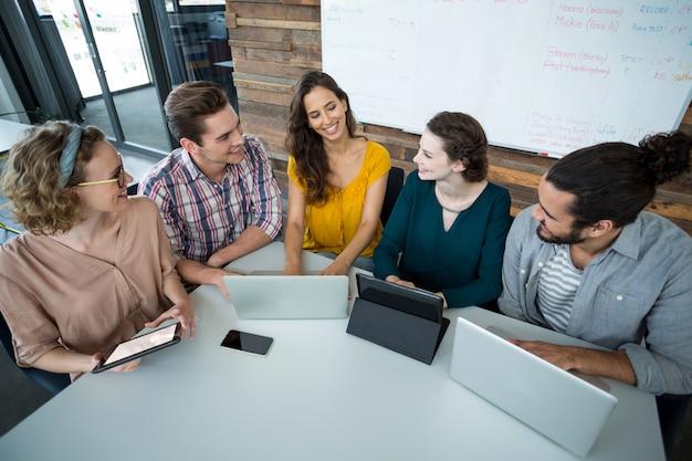 Menedżerowie biznesowi rozmawiają ze sobą na spotkaniu