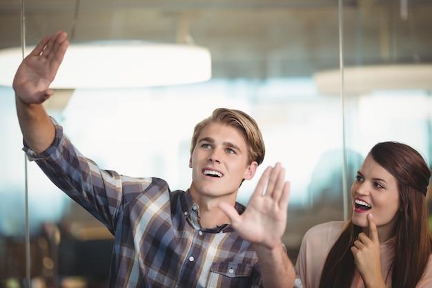 Menedżerowie biznesowi współdziałają w biurze