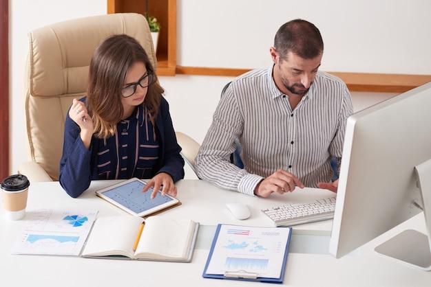 Menedżerowie finansowi pracujący nad raportem