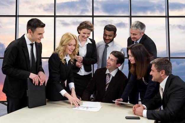 Menedżerowie firmy do omówienia projektu biznesowego.