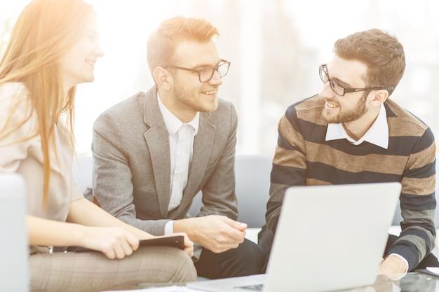 Menedżerowie firmy i klienta, omówienie warunków nowej umowy