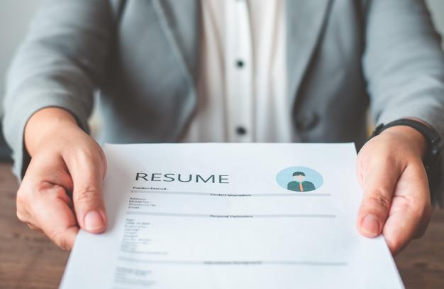 Menedżerowie hr oferują kandydatom na pracę podania o pracę w celu wypełnienia cv na formularzu podania o pracę w celu ubiegania się o pracę w firmie.