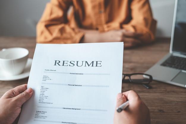 Menedżerowie hr przeprowadzają rozmowy kwalifikacyjne z kandydatami do pracy, którzy wypełniają swoje cv na formularzu podania o pracę, aby rozważyć przyjęcie pracy jako firma.