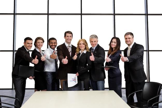 Menedżerowie media corporation na spotkaniu biznesowym.