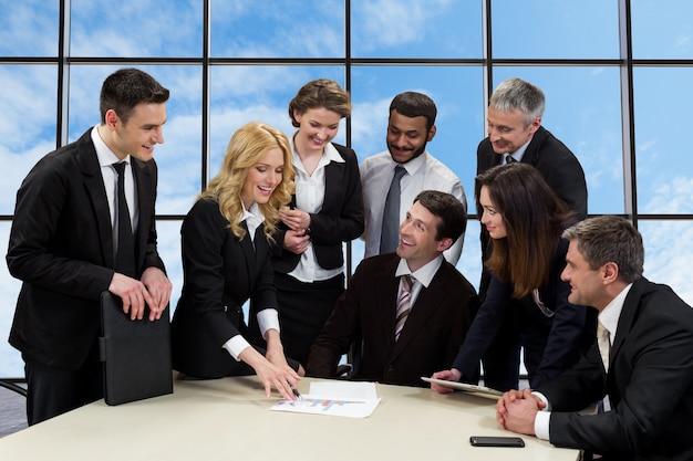 Menedżerowie omawiają projekt biznesowy.