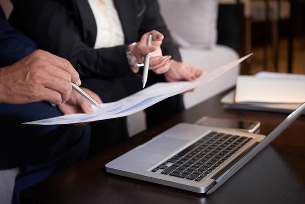 Menedżerowie omawiający rozwój firmy